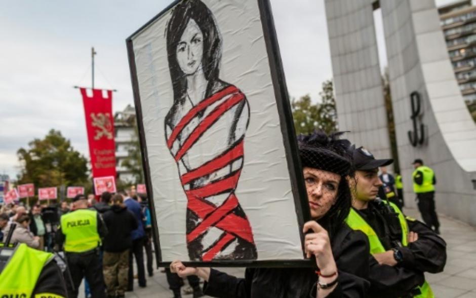 Interdiction de l'IVG: En Europe, les forces réactionnaires mobilisées contre l'intérêt des femmes (Laurence Cohen - PCF)